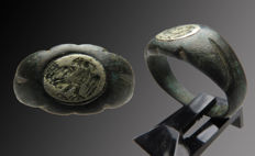 Roman bronze Legionnaires signet ring with silver inlays of an eagle - 18 mm