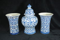 The Porceleyne Fles (Royal Delft) 3-piece octagonal and vertically ribbed cabinet set with a lidded vase and two accompanying vases