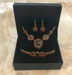 Jewellery set: Necklace, earrings, bracelet with garnets made of 333 / 8kt yellow gold