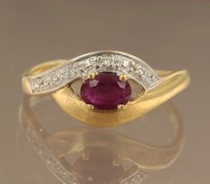 18 kt bicolour gold ring set with a ruby and 2 diamonds of approx. 0.02 ct in total, ring size 18 (56)