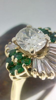 14 kt gold ring with oval diamond, 1.03 ct, and emeralds. Diameter: 16.5 mm.