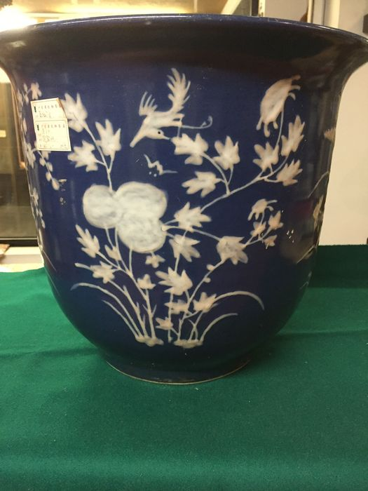 Cachepot in porcelain, white on blue with bas-relief of flowers - China - circa 1840 (Daoguang)