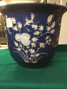 Porcelain Cachepot – QING dinasty, DAO GUANG period (1821-1851) – white on blue with floral bas-relief.