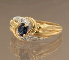 Bi-colour gold ring in 18 kt, set with sapphire and 2 diamonds, totalling approx. 0.01 ct, ring size 17 (53)