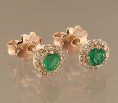 14 kt rose gold ear studs set with brilliant cut emerald and diamonds, width of the earring is 6.9 mm.