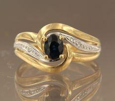 Bicolour 18 kt gold ring set with sapphire and 2 diamonds, approx. 0.02 ct in total, ring size 17 (53)