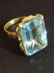 18 kt yellow gold ring (750/1000) with synthetic emerald cut aquamarine. Ring size 6 ( +- 16.5 mm)