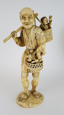 Large Okimono ivory figure of a farmer and child (23,5 cm) - Japan -  19th century