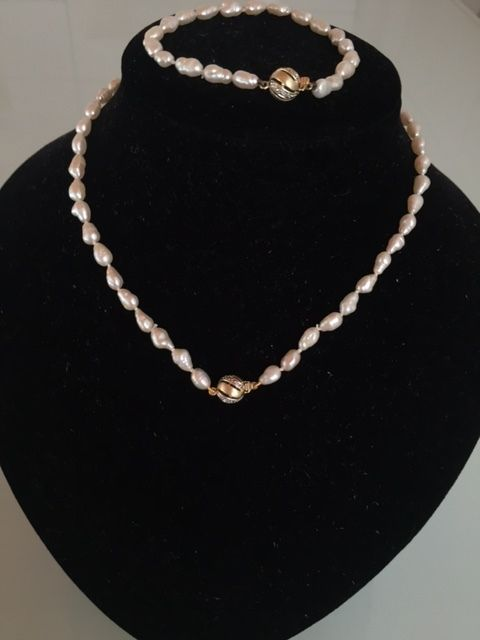 Pearl necklace and bracelet of freshwater baroque pearls in 14 kt gold with diamonds - 44.5 and 21.5 cm.