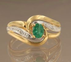 18 kt bicolour gold ring set with emerald and 2 diamonds, totalling approx. 0.01 ct, ring size 17 (53)