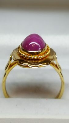 Beautiful 14 kt yellow gold ring with star ruby hood cut!