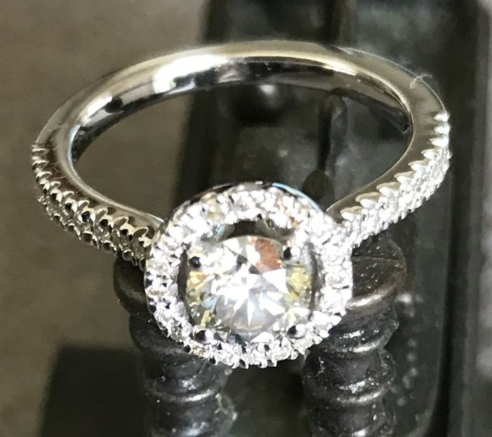 0.92ct Diamond Ring – 14kt gold - centre round brilliant-cut diamond of 0.70 ct,H SI1 Natural – side diamonds totalling 0.22 ct. - Ring size: 6 US