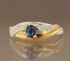 Bi-colour 18 kt gold ring set with sapphire and 2 diamond, approx. 0.02 ct in total, ring size 17 (53)