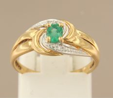 18 kt bi-colour gold ring set with a central emerald and 2 diamonds of approx. 0.01 ct in total, ring size 17 (53)