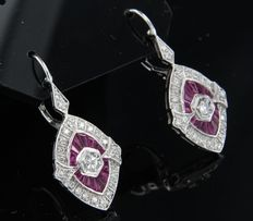 14k white gold dangle earrings in Art Deco-style set with ruby and 50 brilliant cut diamonds, approx. 0.45 carat in total, height 3.2 cm, width 1.4 cm