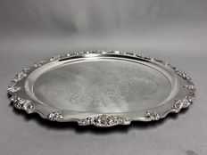 Impressive and large silver plated serving dish with floral engraving, Wallace, England, approx. 1900