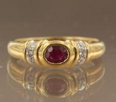 18 kt bicolour gold ring set with ruby and 6 diamonds, totalling approx. 0.06 ct, ring size 17.5 (55)