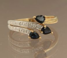 18 kt bicolour gold ring set with 3 sapphires and 2 diamonds, approx. 0.02 ct in total, ring size 16.5 (52)