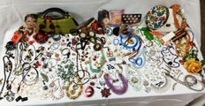 Huge collection of jewelry, accessories, handbags, hats, belts ... vintage. Kg. 6,2!!