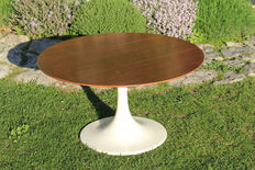 Unknown designer - Vintage low tulip-shaped table