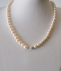 Cultured salt water pearl necklace with 18 kt white gold clasp – length 45 cm – pearl diameter 6.5 mm