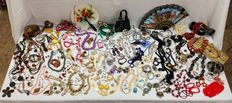 Great collection of more than 230 pieces of vintage costume jewellery and accessories - kg 5.8!!!
