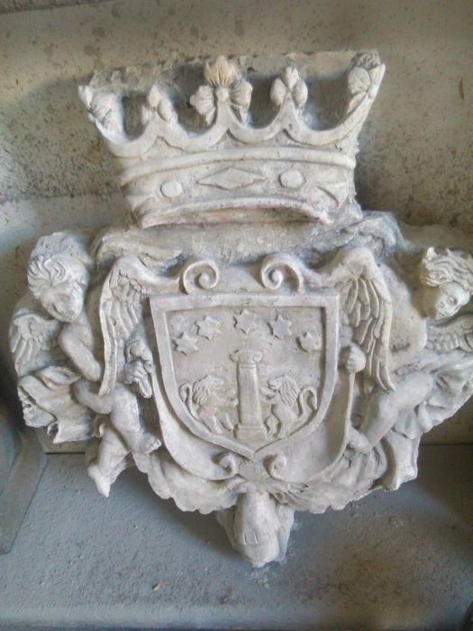 Stone dust sculpture depicting two angels with a coat of arms - Italy - 20th century