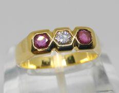 18 kt - Cocktail ring in yellow gold with diamond and rubies – Inner measurement: 17 mm