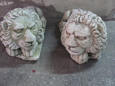 Pair of lion sculptures in stone dust - Italy - 20th century