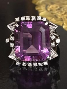 18 kt white gold women's entourage ring with an emerald facet cut amethyst of approx. 14 ct and 22 octagon cut diamonds, approx. 0.44 ct, quality Wesselton/SI