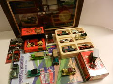 Matchbox Models of Yesteryear - Scale 1/55 - Lot with 17 models, two Gift Sets en 24 catalogues