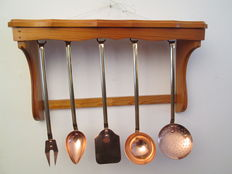 Set of 5 kitchen utensils in red and yellow copper, professional quality, origin: France with its shelf in solid wood (A pine of the French Landes)