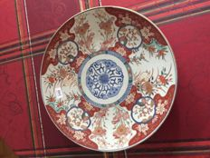 Large Imari plate in porcelain (47 cm) - Japan - 19th century.