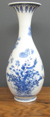 Blue and white hand-painted porcelain vase – Japan – First half of the 20th century