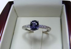 Ring in 18 kt gold with diamonds and Ceylon 100% natural VVS sapphire of 1.79 ct – GIA certificate  – No reserve price