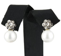 Flower-shaped earrings with 0.40 ct diamonds and Australian South Sea pearls measuring 10.95 mm