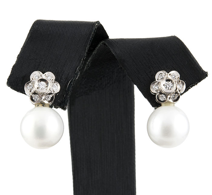 Earrings in flower shape made with diamonds of 0.40 ct  and South Sea pearl 10.80 mm