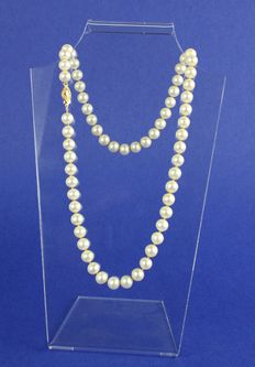 Pearl necklace with 14k yellow gold clasp, length is 46.5 cm.