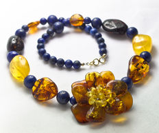 Lapis lazuli and baltic amber necklace with handcrafted flower, 18 kt gold clasp and 45.5 cm long
