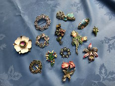 13 lovely large vintage enamelled flower and floral brooches signed