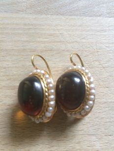 Earrings in 18 kt yellow gold with Baltic amber and micro pearls.