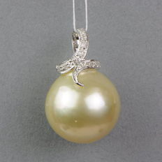 Gold South Sea pearl pendant 13.8mm with 11 diamonds 0.06ct