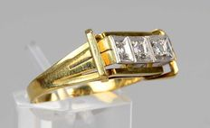 Conspicuous and luxurious - women's 585 / 14 kt gold ring with 3 diamonds