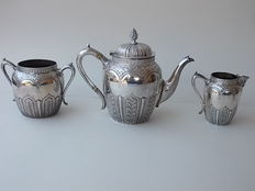 Victorian tea set: 3x richly engraved, silver plated pieces - by Briddon Brothers - England, 1890s