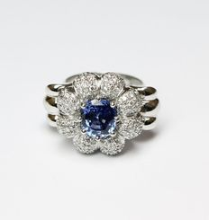 Ring – 18 kt gold – Natural diamonds, about 1.30 ct – Sapphire, about 2.30 ct – Finger size: 13.5