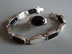 Set of silver ring and bracelet with onyx and mother of pearl