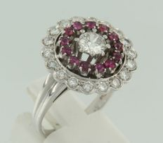 18k white gold entourage ring set with brilliant cut rubies and diamonds, approx. 1.00 ct in total, ring size 18 (57)