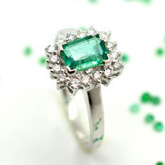 Gold ring (18 kt) with emerald and brilliant cut diamonds totalling 1.32 ct – no reserve price