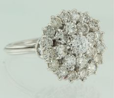 18 kt white gold entourage ring set with 25 brilliant cut diamonds - ring size 18 (57)