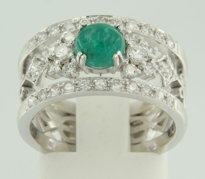 14 kt white gold ring set with a central 0.80 ct cabochon cut emerald with an entourage of 34 brilliant cut diamonds of 0.62 ct, ring size 17 (53)